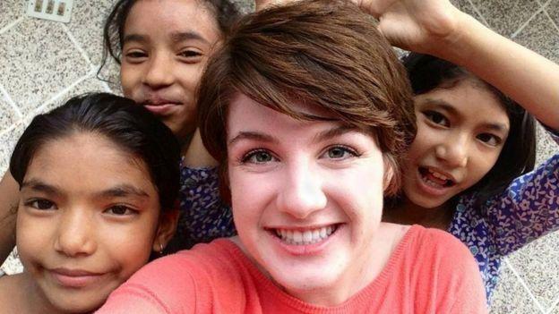 Hailey e algumas crianças com quem ela trabalhou no Nepal