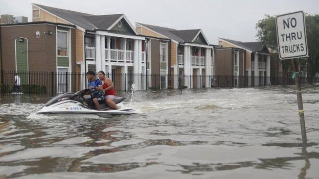 Una moto acuática en calles de Houston