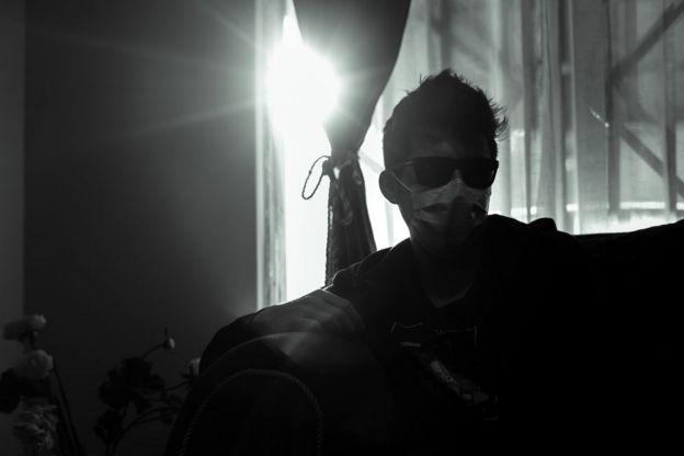 Gustavo Gatica sentado en un sofá.