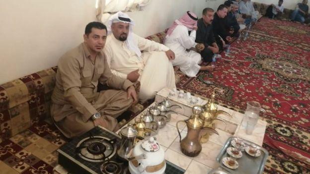 Ahmed cenando con miembros de la familia beduina.