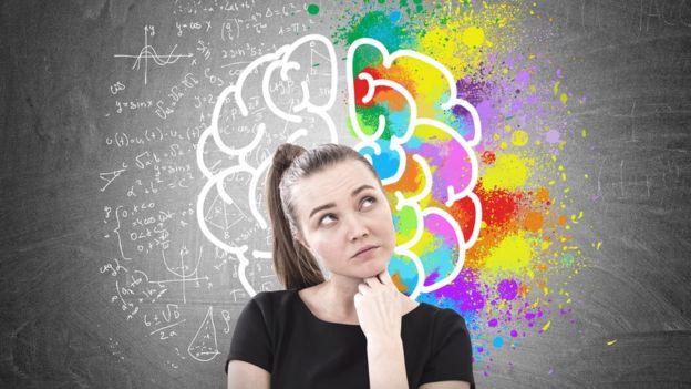 Mujer frente a dibujo de cerebro.