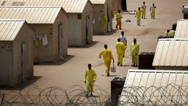 Iraqi detainees walk inside Camp Bucca detention facility in southern Iraq (20 May 2008)