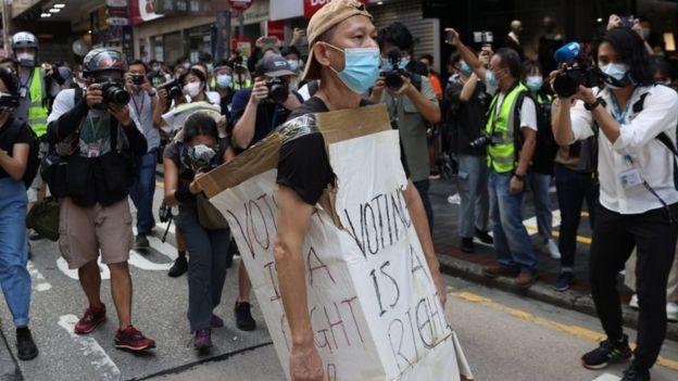 他身上的示威语句是说,投票是权利。