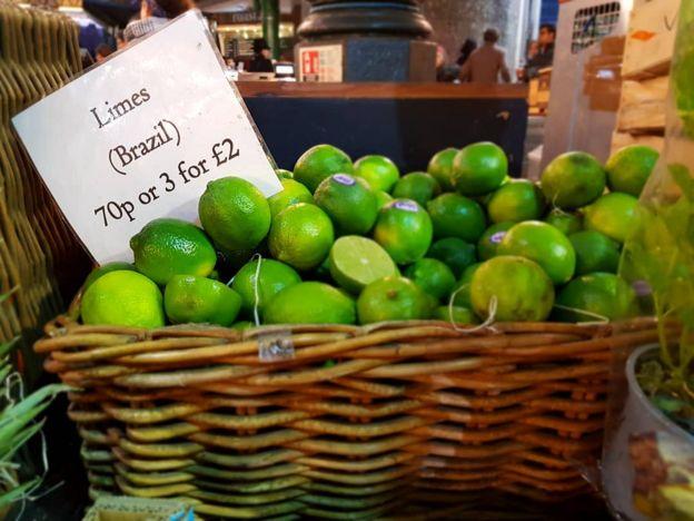 Limões do Brasil vendidos em um mercado de Londres