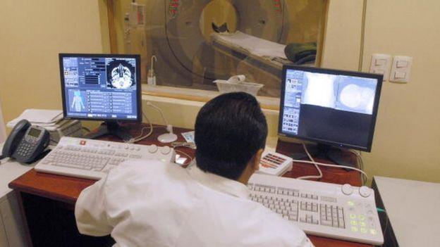 Un médico realiza una prueba