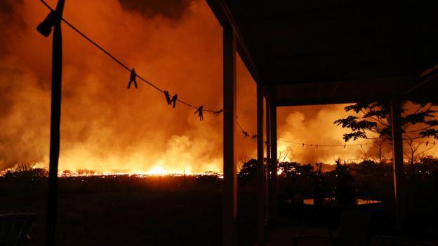 Lava queima perto de casa no Havaí