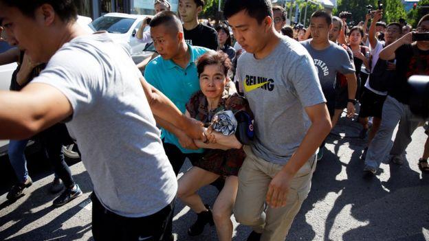 北京美國駐華大使館外一名女子被便衣警員帶走(26/7/2018)