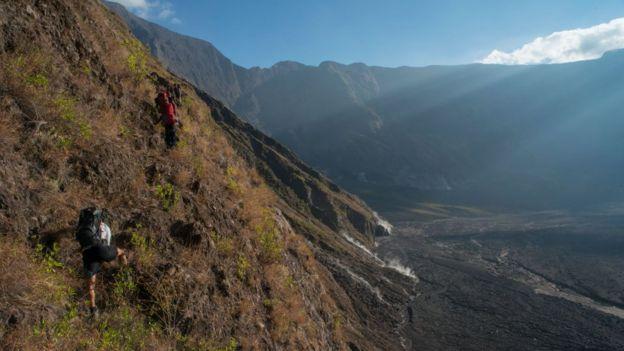 Fotografía de u senderista ene l monte Tambora, en Indonesia.