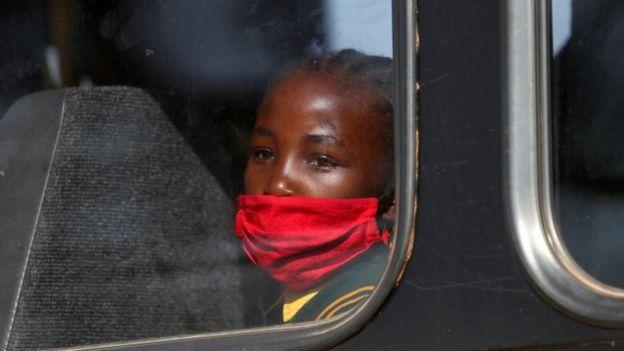 Девушка в маске в ЮАР
