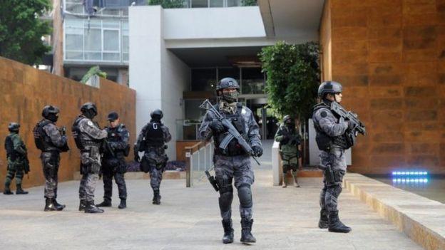 Policías custodian edificio en ciudad de México donde fue capturado Dámaso López.