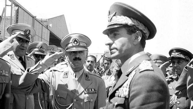 O xá Mohamed Reza Pahlevi ao chegar a Teerã em 1953