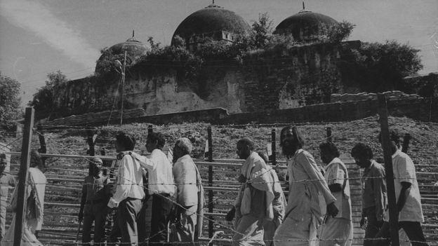 ১৯৭৬ সাল থেকে এই বাবরি মসজিদ চত্ত্বরেই শুরু হয় প্রত্নতাত্ত্বিক খোঁড়াখুঁড়ি