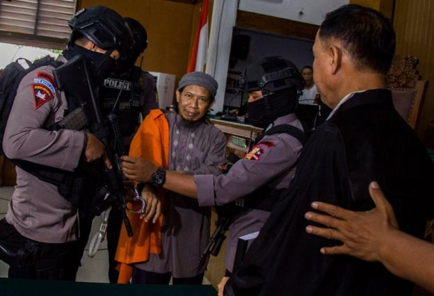 Aman Abdurrahman di persidangan, dituntut hukuman mati.