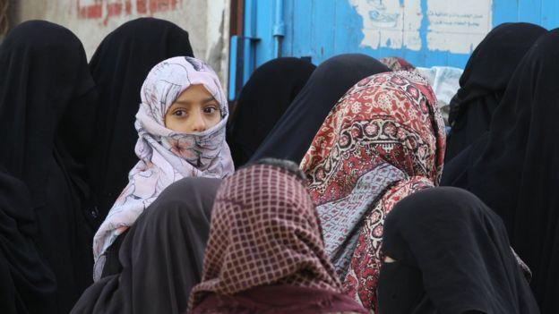 Una cola de mujeres en Yemen