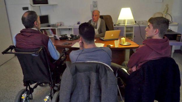 Alain y sus dos hijos en consulta con el doctor de Locht