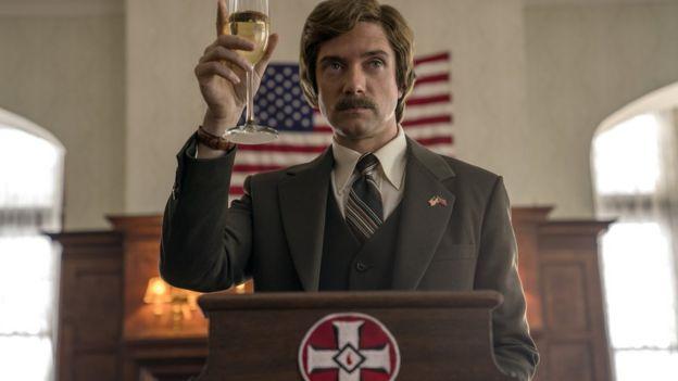 El actor Topher Grace hace el papel de David Duke, el entonces líder nacional del KKK.