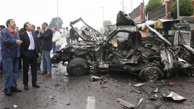 Un auto destrozado por una explosión causada por ETA.