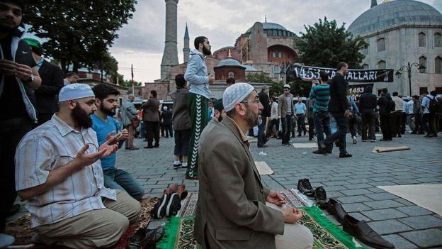 Musulmanes se congregan frente a Santa Sofía para orar en 2014