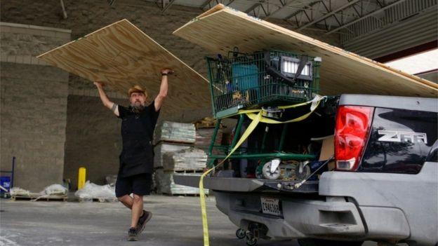 Un residente de Nueva Orleans se prepara para la llegada de la tormenta Laura y el huracán Marco.