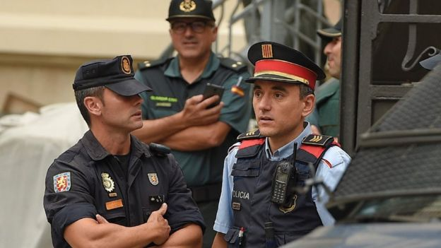Police - Guardia Civil (L) and Mossos d'Esquadra, 25 Sep 17