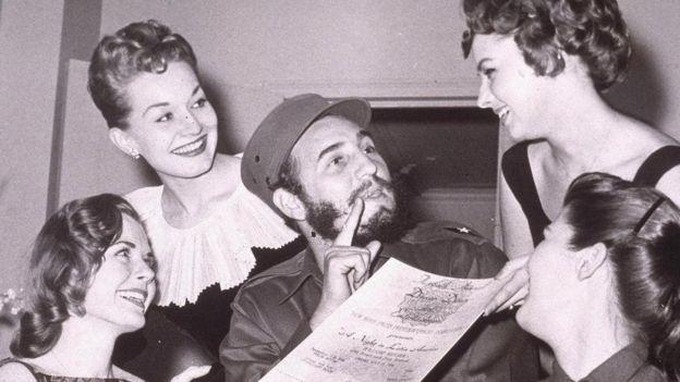 Fidel Castro cercado por mulheres em Nova York