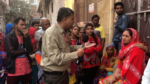 দিল্লির দাঙ্গা উপদ্রুত একটি এলাকার মানুষজনের সাথে কথা বলছেন বিবিসি বাংলার শুভজ্যোতি ঘোষ