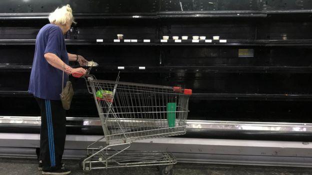 Una mujer en un supermercado de Caracas