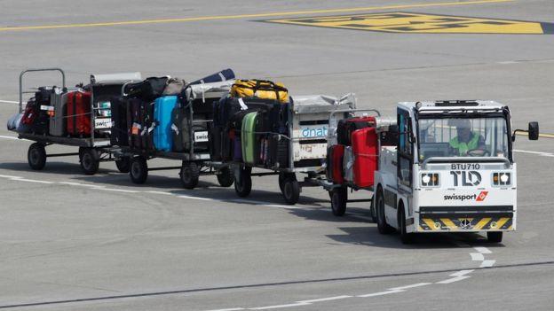Havayolları bazı havalimanlarında valizlerini kendileri taşırken bazılarında taşeron şirketlere taşıttırıyor