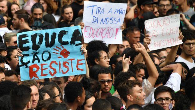 Manifestações pela educação