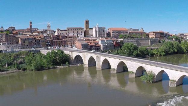 Imagem geral de Tordesilhas, com ponte medieval em destaque