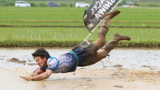 Ryoma Shirai scores a mud-splattered try at a tambo tournament in Chiba