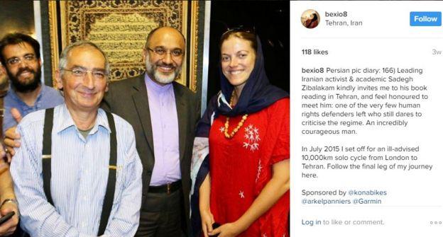 ربکا در اینستاگرامش نوشته که صادق زیباکلام (نفر دوم از چپ) او را به مراسم کتابخوانی در تهران دعوت کرده است. مهدی خزعلی کنار او ایستاده است
