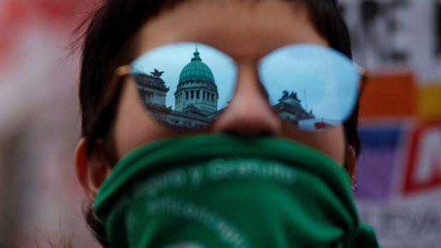 Mujer argentina a favor del aborto