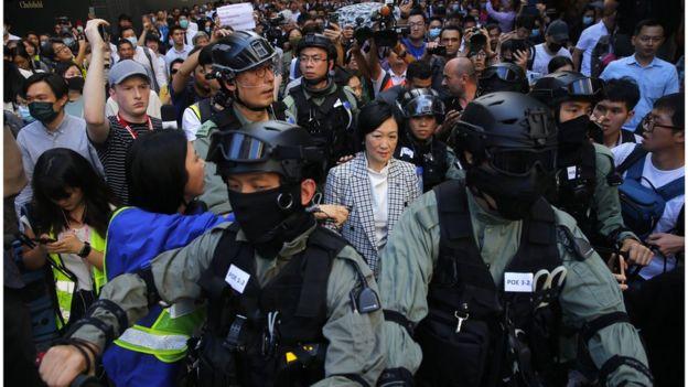 选举翌日,建制派议员叶刘淑仪被示威者指骂,要警员护送离开。