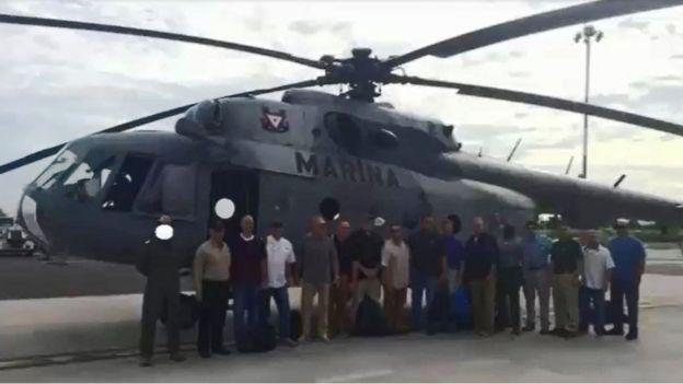 Funcionarios de EE.UU. junto a un helicóptero de la Marina de México