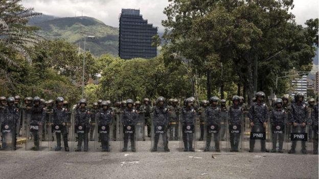La Policía Nacional y las Fuerzas Armadas, con contadas excepciones, se mantienen leales a Maduro.