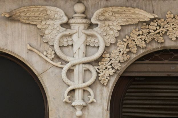 Un relieve en edificio de un caduceo.