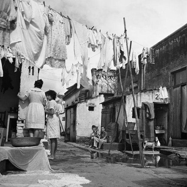 """Cortiço no Brás, São Paulo, 1947. Foto para a reportagem """"O Braz"""", O Cruzeiro, ano XIX, n. 27, 26.04.1947"""