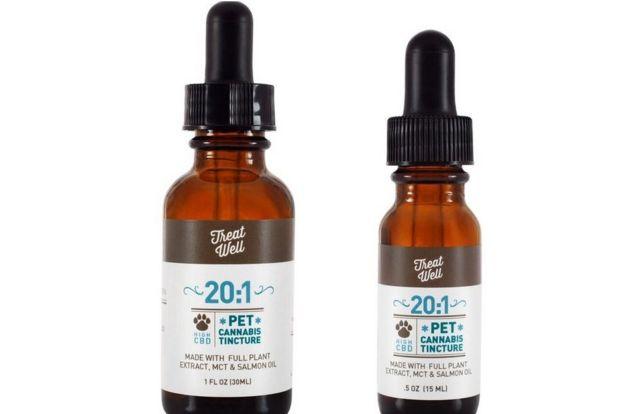 Foto de dois frascos de extrato de cannabis para cachorros