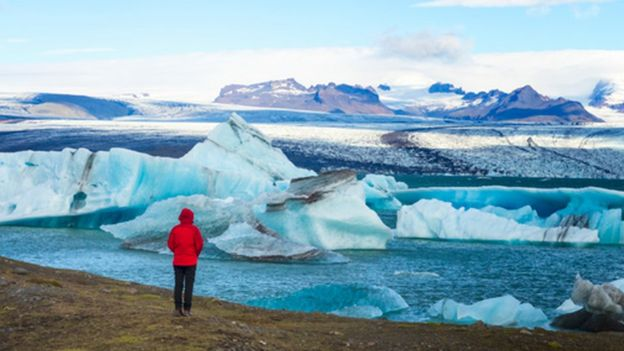 Persona frente a glaciares