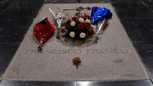 Lápida de Francisco Franco en el Valle de los Caídos