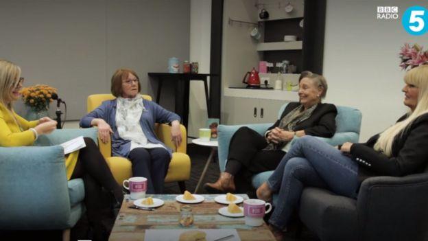 Dee, Shirley y Joyce charlando con Emma Barnett, la presentadora de BBC Radio 5 Life.