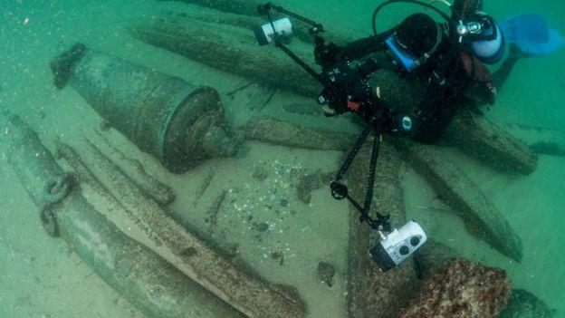Embarcação encontrada no fundo do mar em Cascais, Portugal, segundo especialistas, podem ajudar a contar história da cidade