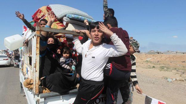 عودة الناس إلى العلم بعد استردادها من التنظيم عام 2015