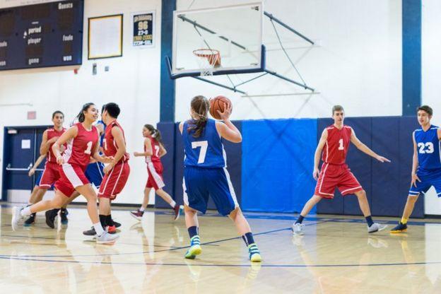 Jóvenes juegan baloncesto