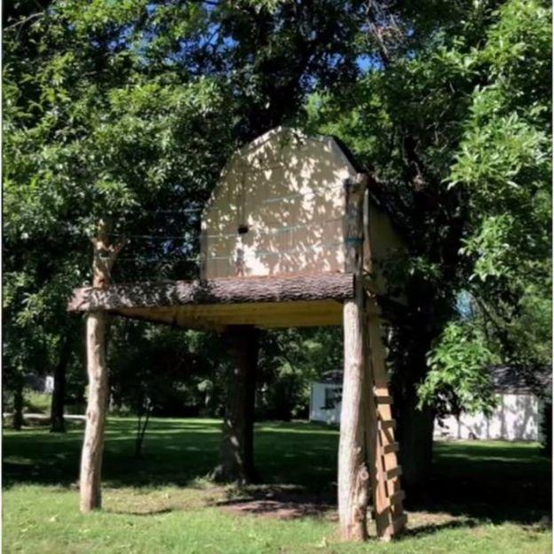 Casa da árvore onde menino de 10 anos brincava ao ser atacado por vespas e cair sobre espeto de churrasco nos Estados Unidos