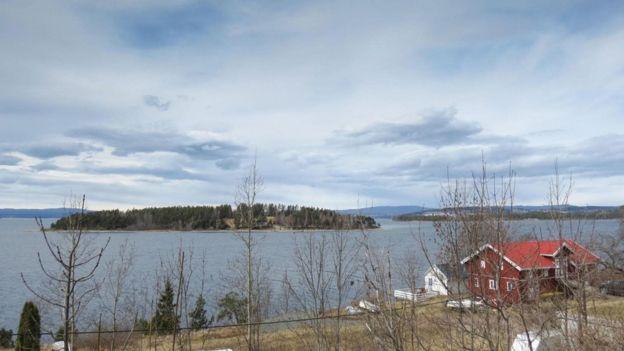 """جزيرة """"أوتويا"""" النرويجية التي قتل فيها أنرش بريفيك 69 شخصاً في عام 2011"""