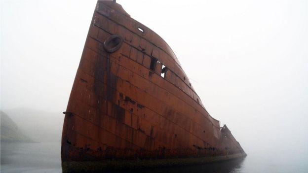 """美國海軍在戰爭中徵用的客貨載運蒸汽船""""西北號(SS Northwestern)""""(如圖)在日本對荷蘭港的襲擊中被摧毀。"""