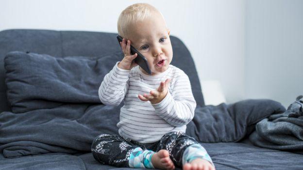 Bebé hablando por teléfono
