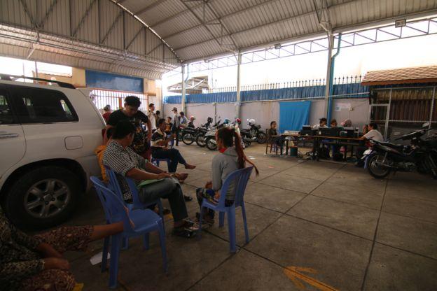 Người dân đến nộp phí ngoại kiều tại trụ sở văn phòng Tổng hội Người Campuchia gốc Việt Nam ở Phnom Penh hôm 7/12